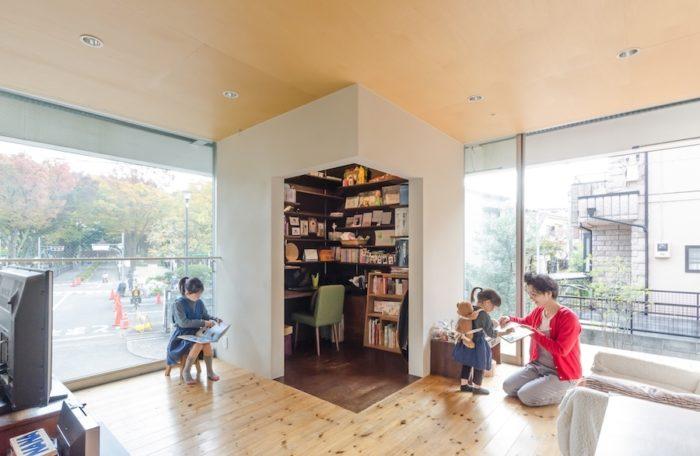 家の正面に設けられた開口からは公園がよく見渡せる。4方につくられた開口によって開放感あふれる空間になっている。