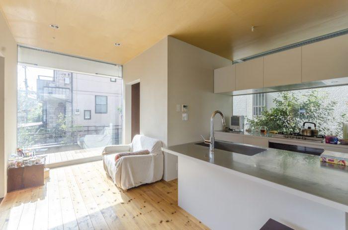 家の左右もフルハイトの開口。家の後ろ側に設けられたキッチン部分の開口も大きめ。左右に設けられた木製のテラスには、室内の床がそのまま外へと延長したような感覚もあり、実際の面積以上に広がりを感じさせる。