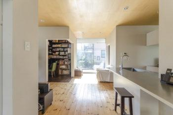 1、2階ともに正方形平面の4隅に2畳程度のボックスが設けられている。