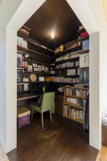 """入江さんが自身の書斎としてリクエストしたスペース。戸はないが、中に入ると""""おこもり感""""がある。"""