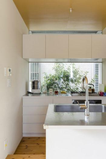 上の吊戸棚の上側も開口。キッチン側は15cm低くつくられているが、それだけで目線が変わり落ち着き感が出るという。