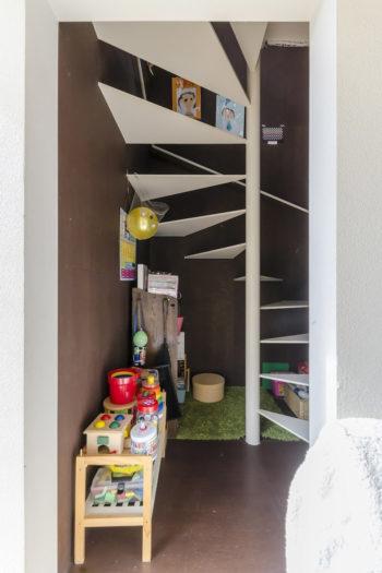 階段室の隅のスペースは、上の娘さんが引っ越してすぐに見つけて自分の居場所にしたという。