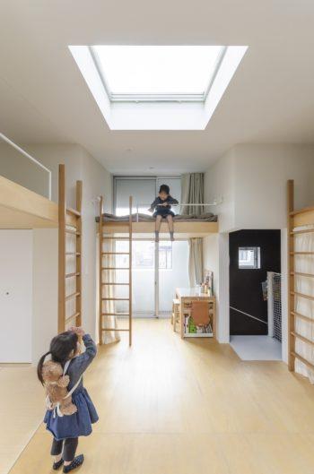 正面と右側に姉妹それぞれのスペースがつくられている。左の寝室は千奈津さんのリクエストで畳を敷いた。