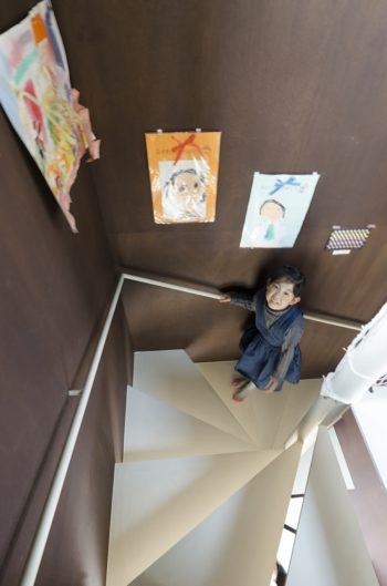 階段室は子どもたちの絵が貼られてギャラリースペースになっている。