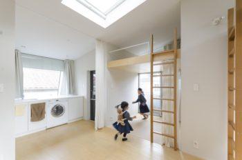 左の洗面所はカーテンを引くと脱衣所になる。これも小さいがゆえの工夫。