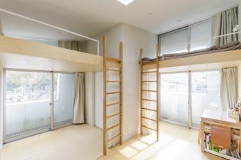 2階は屋根の開口と壁の開口がずれているので囲われた安心感がある。