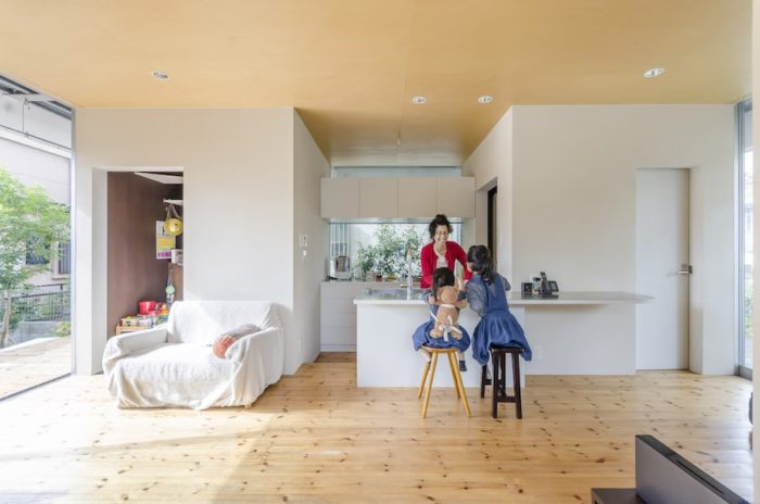 朝食はキッチンカウンターで取るという。そのためにカウンターから跳ね出しがつくられている。冷蔵庫などモノのサイズが明確にわかるものは表に見せないように設計されている。これもまた小さな家ゆえの工夫だ。