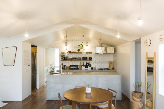 キッチンの天井はリビングより一回り下がっている。台形の家型のカタチがキュート。