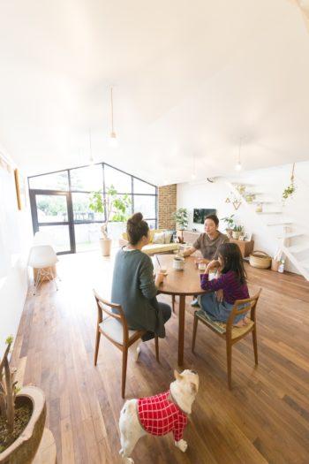 水谷家は3人家族。ダイニングテーブルとソファは前の家で使っていたものだそう。