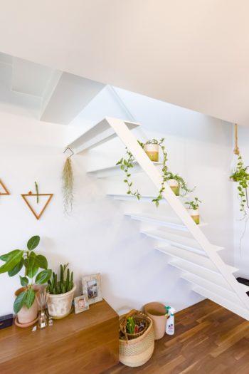 2階に上る階段は、一番下の段と上の段が宙に浮いている軽やかなデザイン。