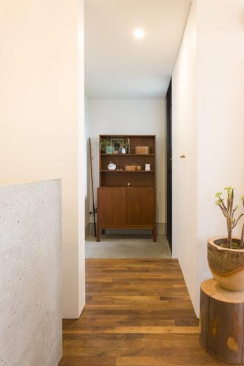 玄関にはデンマークのヴィンテージのキャビネットが置かれている。