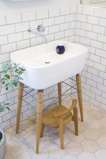 木製の脚がキュートな洗面台はイタリアから取り寄せたもの。蛇口はシンプルに。