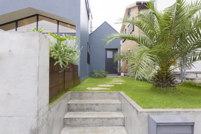 なんと、庭はすべて水谷さんのDIYなのだそう。「コンクリート部分は作ってもらいましたが、木のプランターを自作し、フェンスも自分で建てました」
