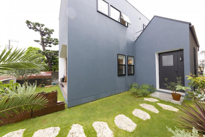 庭の敷石は、沖縄から天然の琉球石灰岩を取り寄せた。