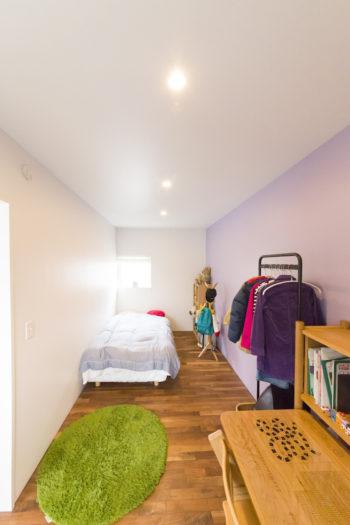 2階のお嬢さんのお部屋。壁の一面を薄いパープルに。床は無垢のウォルナット。