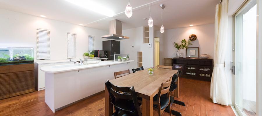 子どもたちがのびやかに過ごす家族が自然と集まるキッチン中心の大空間