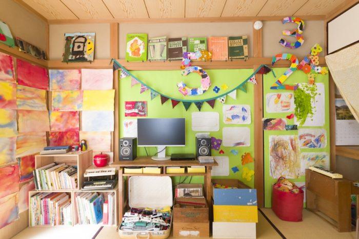 子供部屋でもありリビングでもある部屋は、黄緑色の壁をベースに子供の作品などを飾り、明るく楽しく。「壁紙を貼ると気分があがります」。