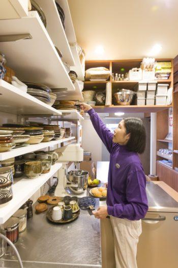 キッチンには食器、調理器具に合わせて棚を造作した。収納に無駄がない。