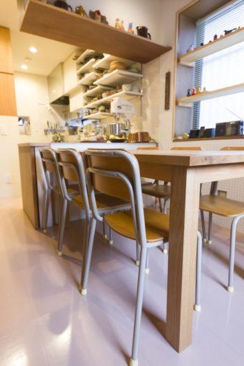 小学校風の椅子をあえて購入。テーブルは無垢の天板でオーダーしたもの。