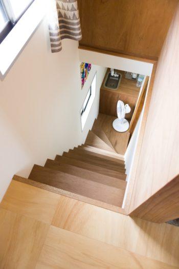 ラワンを使った階段が素朴な雰囲気。2階のプライベートスペースへ。