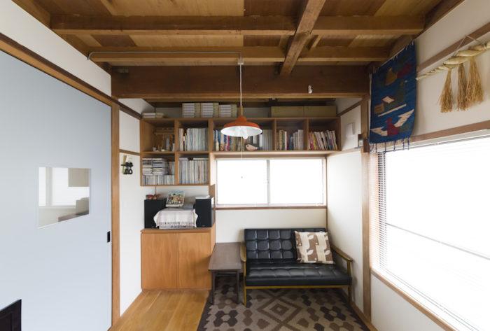 たくさんの本を収める棚が造作された2階のリビング。天井を壊し、むき出しにしたことで空間が広く感じられる。