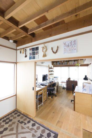 開口部が大きく明るいリビング&仕事部屋。フォークアートは部屋中いろんな場所に飾られている。