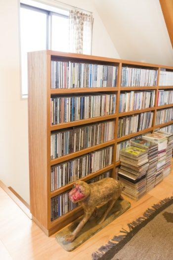 3階の階段の手すり部分に、CDを収める棚を取り付けてもらった。手前のお猿さんはインド製。