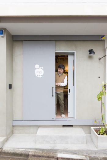 アトリエと兼用の玄関は、薄いブルーグレーの扉でシンプルに。
