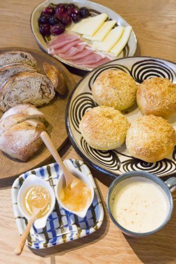 圭子さんのお手製のパンやジャムなど。国産小麦に天然酵母などを使って焼くパンは、食べ応えがあり噛めば噛むほど美味しい。