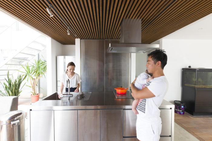 自然と家族が集まるアイランドキッチン。長女が使用する食器類はダイニング側(手前)に収納し、長女自らが出し入れできるようにした。