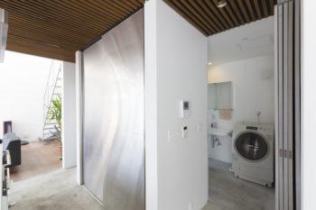 キッチン収納の裏側がサニタリールーム。「家事動線を考えた設計で、使いやすいです」(奥さま)