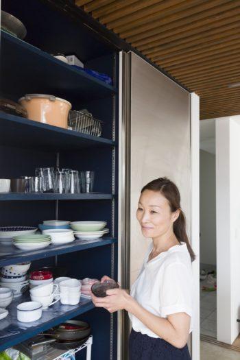 食器類だけでなく、鍋も家電製品もストックしている食品も全て収納できる大容量の収納棚。
