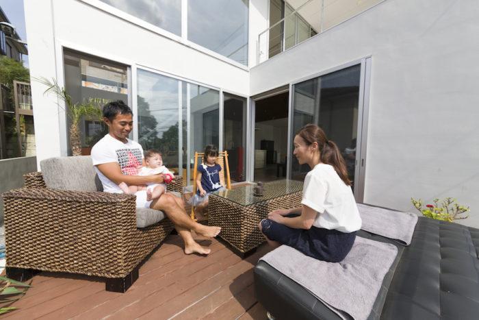 ガーデン用のソファとテーブルがリゾート気分を盛り上げる。生後半年の次女もポカポカの空間にご機嫌。
