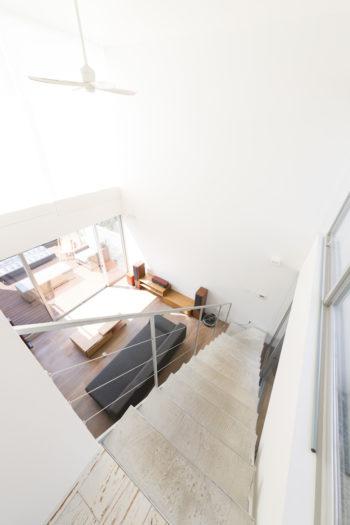 2階から見下ろす。吹き抜けは約5.7m。正面の真っ白い壁はスクリーンになり、大画面で映画等が楽しめる。