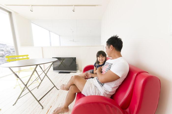 ご主人のお気に入りという2階のセカンドリビング。赤いソファの革は奥さまの弟さんが全て張り替えてくれたそう。