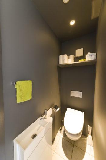1階のトイレはバーのように暗くムーディーな雰囲気に。便座はイタリア製。
