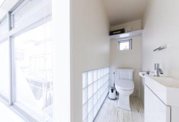 中庭(左側)からの光をたっぷり取り入れた2階のトイレ。アメリカの「KOHLER」の便座を取り寄せた。