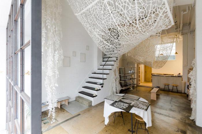 倉庫の基礎を生かし、シンプルな空間にリノベーション。設計は山田悦子さんが担当した。