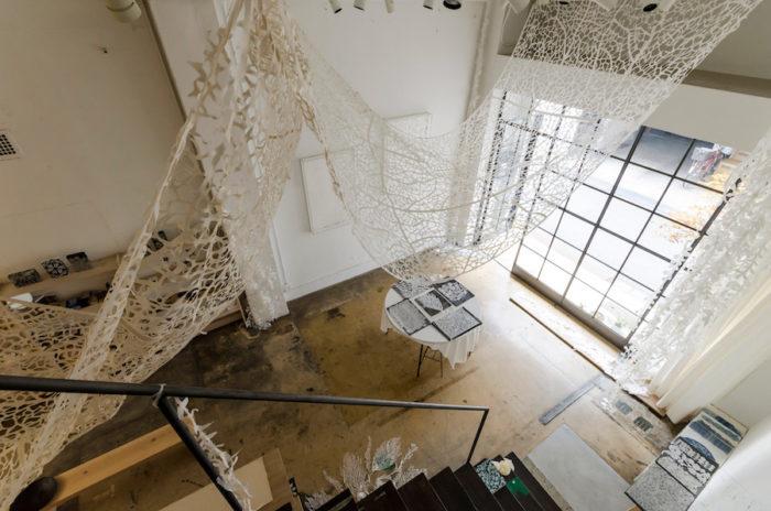 約3mを超える高い天井は心地のいい開放感を演出。高さのある作品も存分に楽しめる。