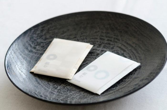 小沼智靖さんが手がけた漆器の器に入っているのは「東京香堂」とのコラボレーションした香袋。