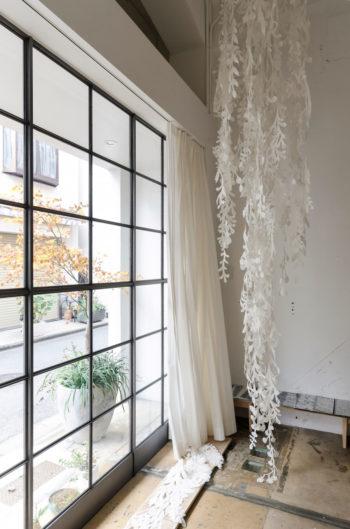 草木や花など自然界にある植物をモチーフにした森田さんの作品。和紙でありながら現代空間にもすんなりなじむ。