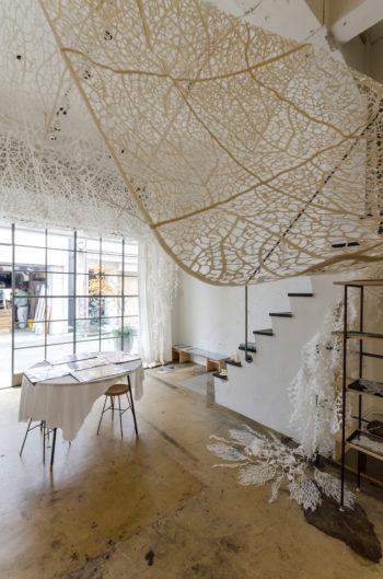 森田さんの作品をつなぎ合わせて全長約6mのタペストリーにし、天井から吊るしたインスタレーション。