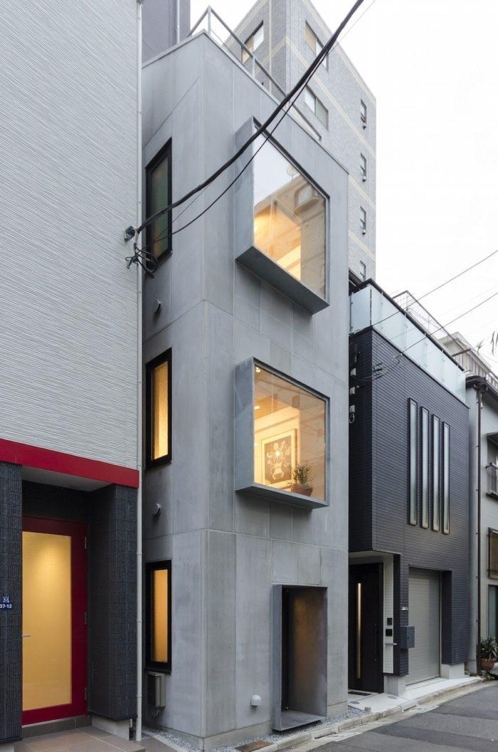 間口3.3mの敷地に建つ川久保邸。溶融亜鉛メッキを施したスチールの出窓が外観デザインのポイントになっている。外壁には押出成形セメント板(アスロック)を使用。