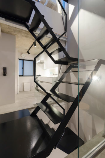 ダイニング側からキッチンを見る。狭小住宅としては階段はゆったりめのつくりで移動が楽だ。