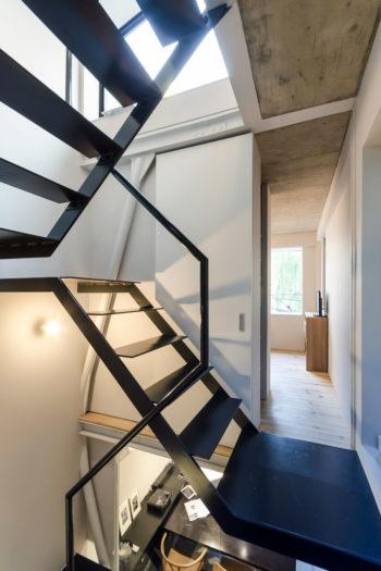 3階の道路側は寝室。屋上と2 階のダイニングへも視線が抜ける。