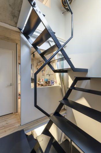 寝室側から子ども室を見る。階段はこのように半階ずつつくられている。移動の長さを感じにくくする工夫だ。