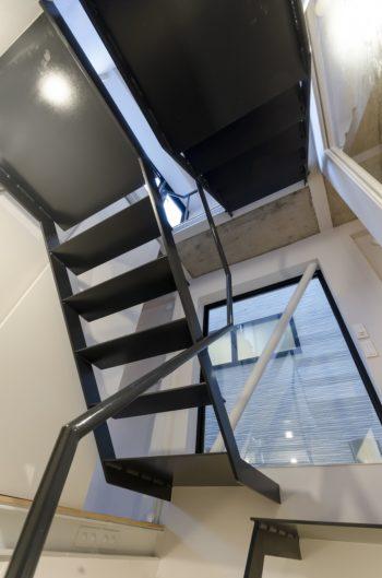 視線と光を通し空気も流れるように、階段とフロアのレベルとで段差が付いている。