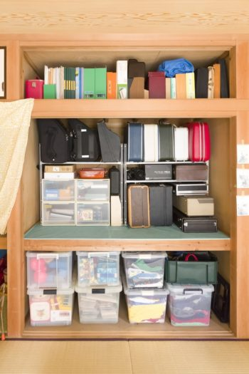 仕事や趣味の道具を押し入れに収納。コレクションしている色とりどりのスーツケースを活用している。
