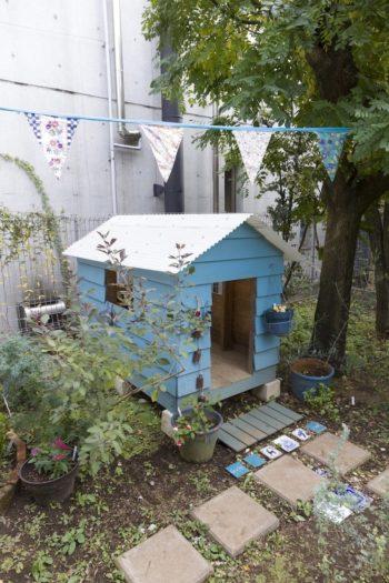 引越しの度に一緒に移動する小屋。大好きな水色に塗った。