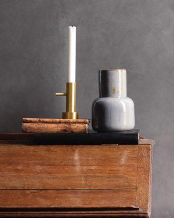 ソリッド仕上げの美しい真鍮製キャンドルホルダーは、単体でも静かな存在感を放つ。複数の正面を持つので、リズミカルに複数並べても楽しい。